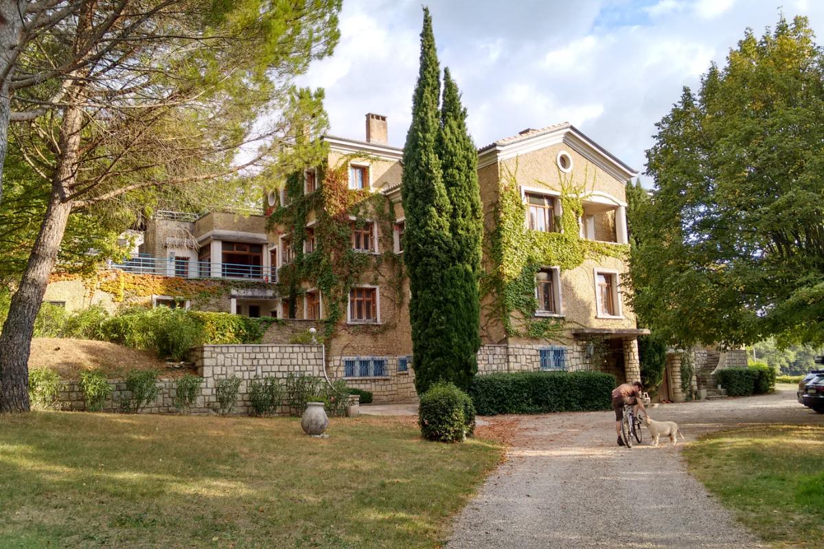 Vue de la maison depuis l'entrée - Location de vacances - Le Pègue