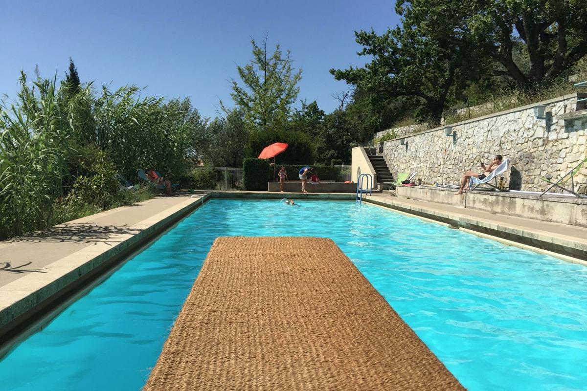 Piscine de 20x6m avec plongeoir, pateaugeoire, douche et cabine - Location de vacances - Le Pègue