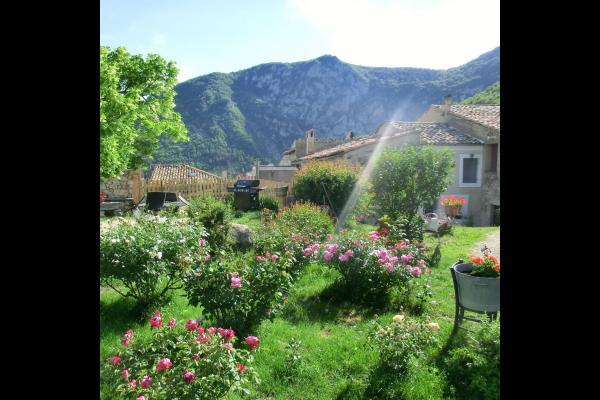 Le coin jardin et barbecue. - Location de vacances - Cornillon-sur-l'Oule