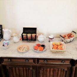 Petit déjeuner copieux : salade de fruits frais, pâtisseries et confitures maison, viennoiseries, jus de fruits et boissons chaudes... Bon appétit ! - Chambre d'hôtes - Courtalain