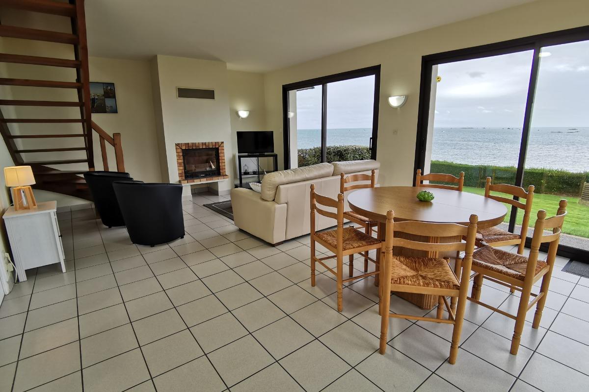 Salon séjour avec cheminée avec vue mer - Location de vacances - Saint-Pol-de-Léon
