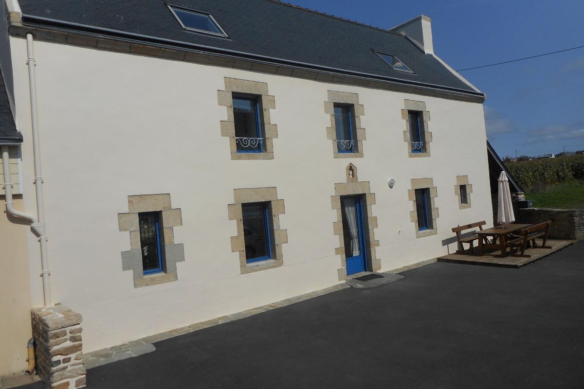 le gîte et sa façade plein sur, la cour enrobée, le salon de jardin sur terrasse bois - Location de vacances - Plozévet