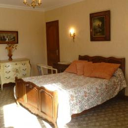 chambre beige avec TV et salle d'eau communicante - Chambre d'hôte - Clohars-Fouesnant