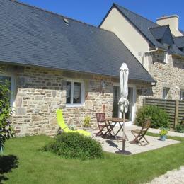 façade sud , gîte plain-pied, terrasse, jardin clos. - Location de vacances - Saint-Pabu