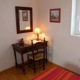 Gîte de Kerguinou, St-Pabu, Terre et Mer, table, chaise et miroir de la chambre  - Location de vacances - Saint-Pabu