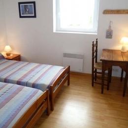 Gîte de Kerguinou, St-Pabu, Terre et Mer , 2 lits en 90, table, chaise, placard... - Location de vacances - Saint-Pabu