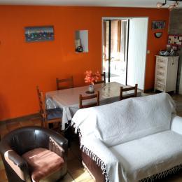 Coin cuisine et salon séjour avec poële à bois - Location de vacances - Pont-Aven