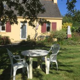 La maison et le garage - Location de vacances - Plomodiern