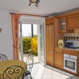 Cuisine accès direct sur la terrasse - Location de vacances - Lannilis