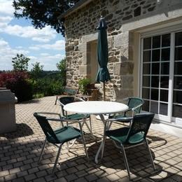 Terrasse avec salon de jardin et barbecue - Location de vacances - Scrignac
