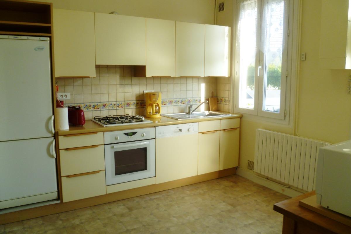 grande cuisine aménagée et équipée donnant sur la salle à manger - Location de vacances - Châteaulin