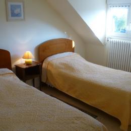 chambre 2 à l'étage avec 2 lits 1 personne - Location de vacances - Châteaulin