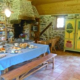 La table du petit déjeuner est dressée .Confitures et jus de pomme maison ,programme de la journée ... - Chambre d'hôtes - Hanvec