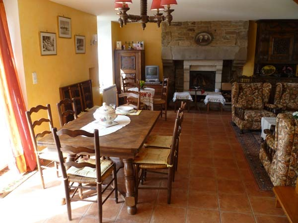Salle et salon-cheminée - Location de vacances - Lannilis