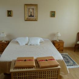 Chambre 1, avec 1 lit 160 et 1 grande baignoire et WC indépendant - Location de vacances - Lannilis