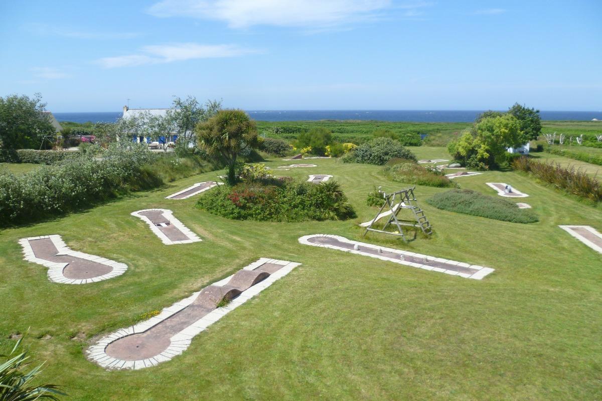 Terrain à l'arrière de la maison avec vue mer et mini golf et balançoire - Location de vacances - Plouguerneau