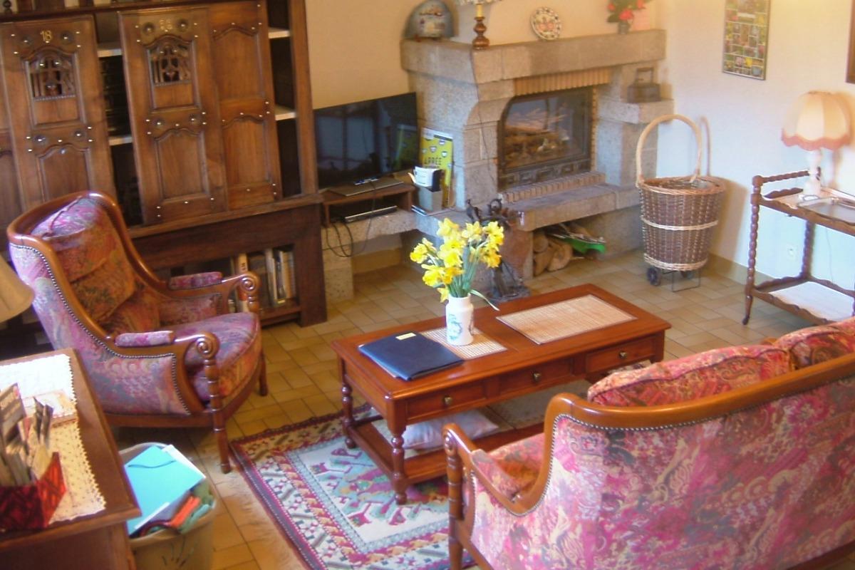 Salon avec cheminée et lit clos - Location de vacances - Le Cloître-Saint-Thégonnec