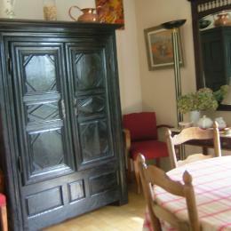 salle à manger: armoire ancienne, de famille,faisant office de buffet - Location de vacances - Le Cloître-Saint-Thégonnec