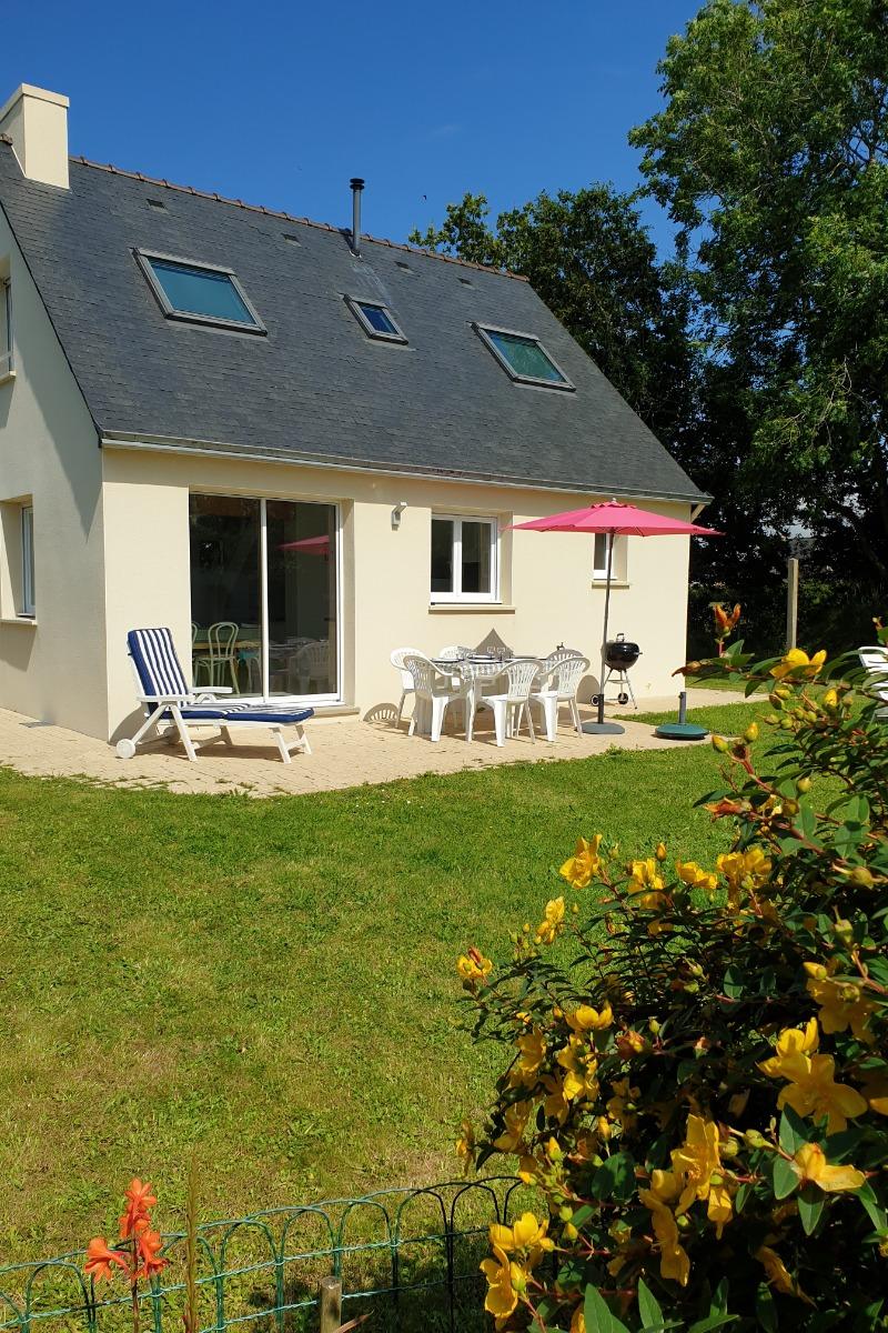 Jardin et terrasse  orientée Sud / Sud -Ouest - Location de vacances - Plougasnou