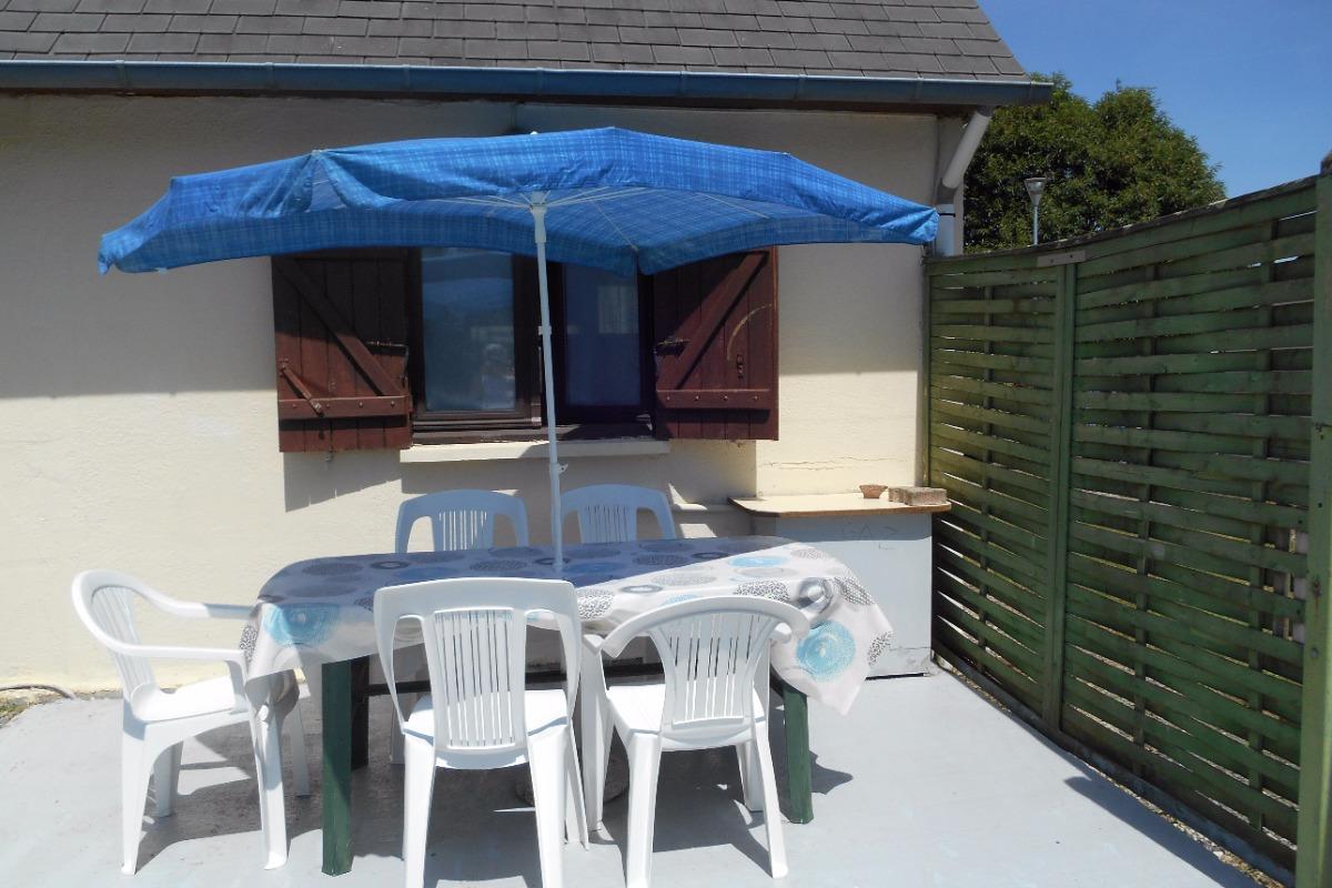 Terrasse bien exposée donnant sur un grand jardin - Location de vacances - Guengat