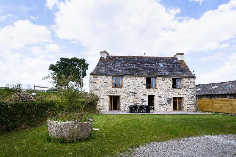 Façade de la maison avec terrasse - Location de vacances - Saint-Thégonnec