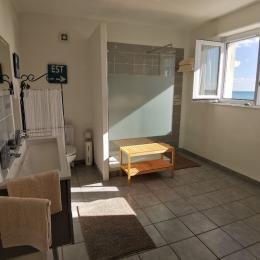La salle d'eau de la chambtre dune avec la vue mer - Chambre d'hôtes - Audierne