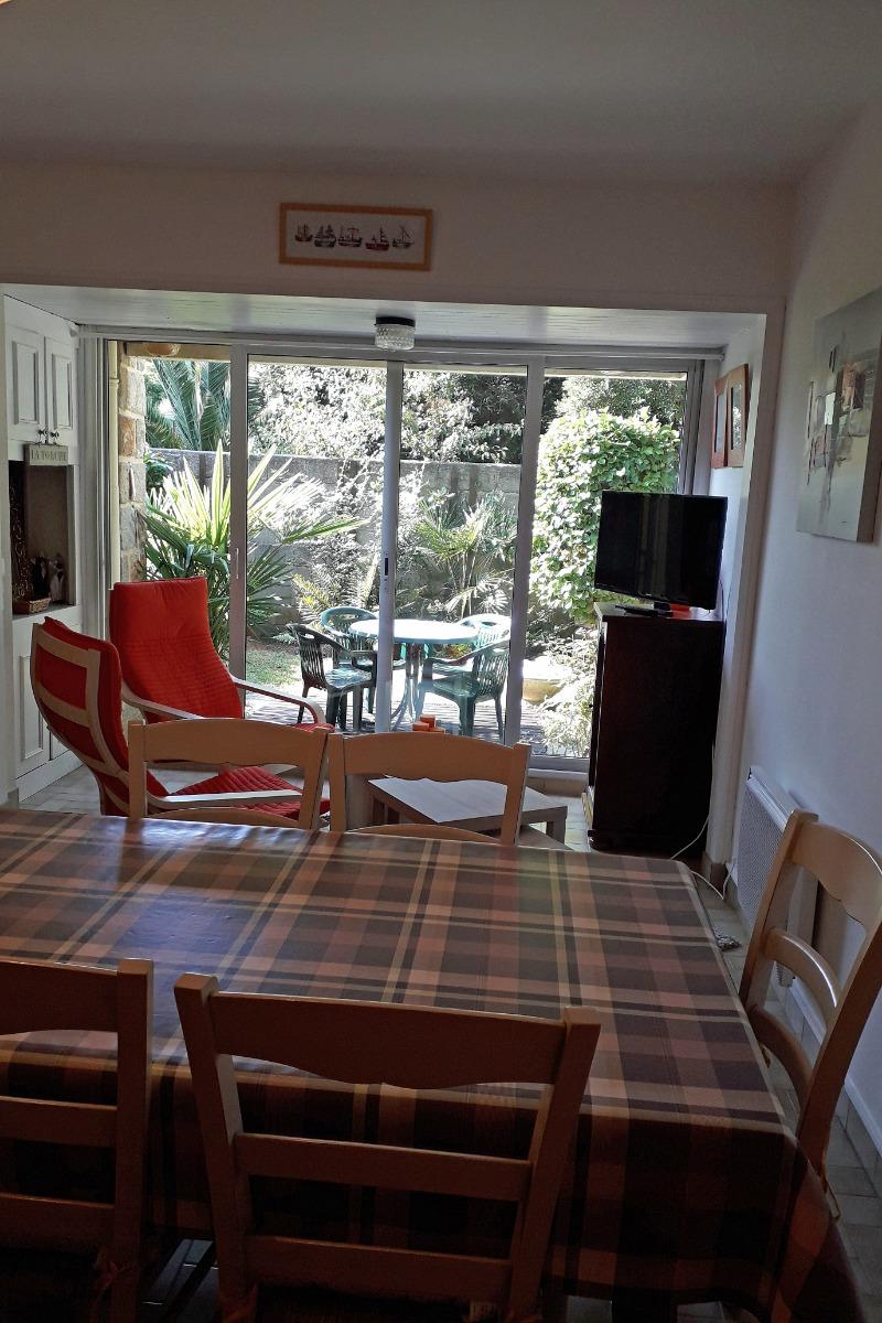 Grande table pour les repas, coin détente avec TV donnant sur terrasse - Location de vacances - Bénodet