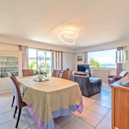 le jardin d'hiver baigné de soleil avec la PISCINE sécurisée par une porte et volet roulant - Location de vacances - Carantec