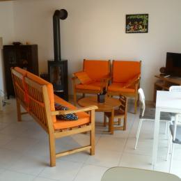salon-séjour avec poêle à bois, TV et internet - Location de vacances - Lannilis