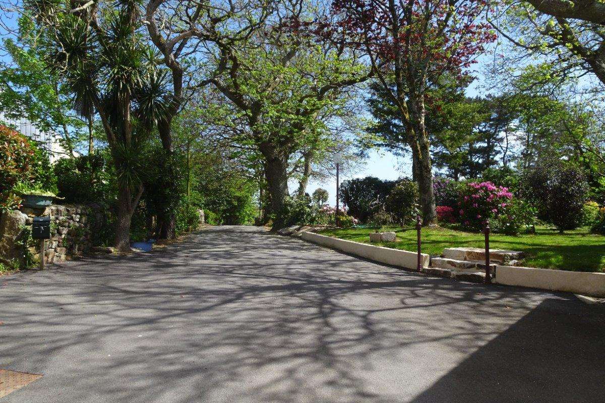 Chemin d'accès dans un cadre verdoyant - Location de vacances - Confort-Meilars