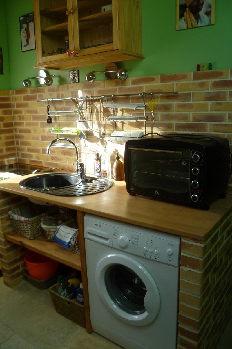 coin cuisine avec four, plaques induction, lave-linge - Location de vacances - Gouézec