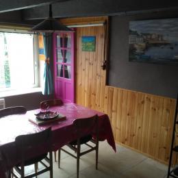 coin cuisine avec combiné-congélation et micro-onde - Location de vacances - Gouézec