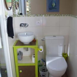 salle d'eau WC avec grande douche à l'italienne - Location de vacances - Gouézec
