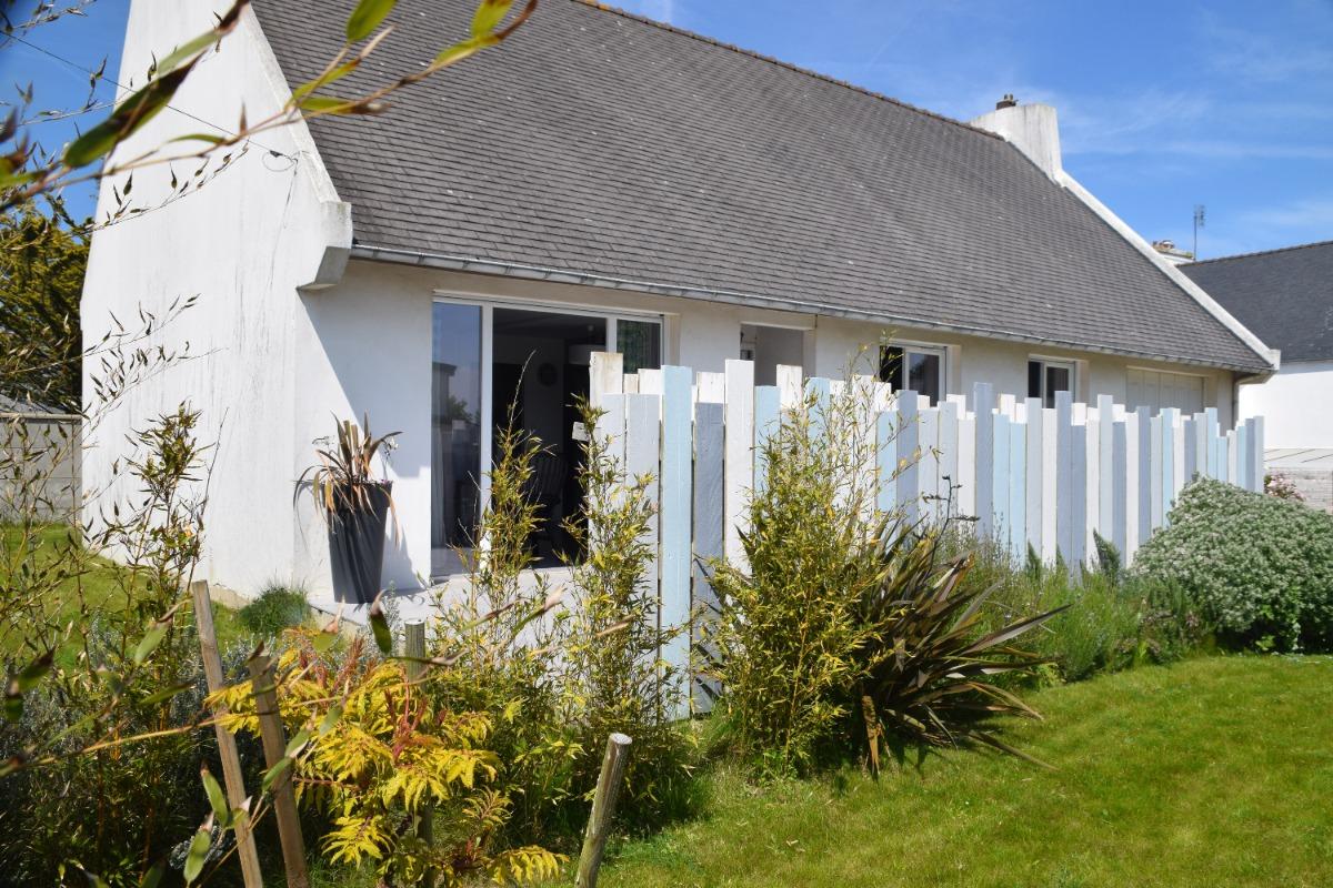 Salon avec accès terasse - Location de vacances - Plougoulm
