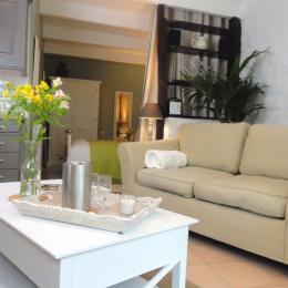 salon avec poêle à bois et TV - Location de vacances - Sizun
