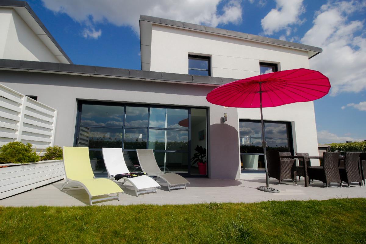 Terrasse privative avec Spa jacuzzi privatif d'avril à novembre -bains de soleil- parasol- barbecue weber - Location de vacances - Sibiril