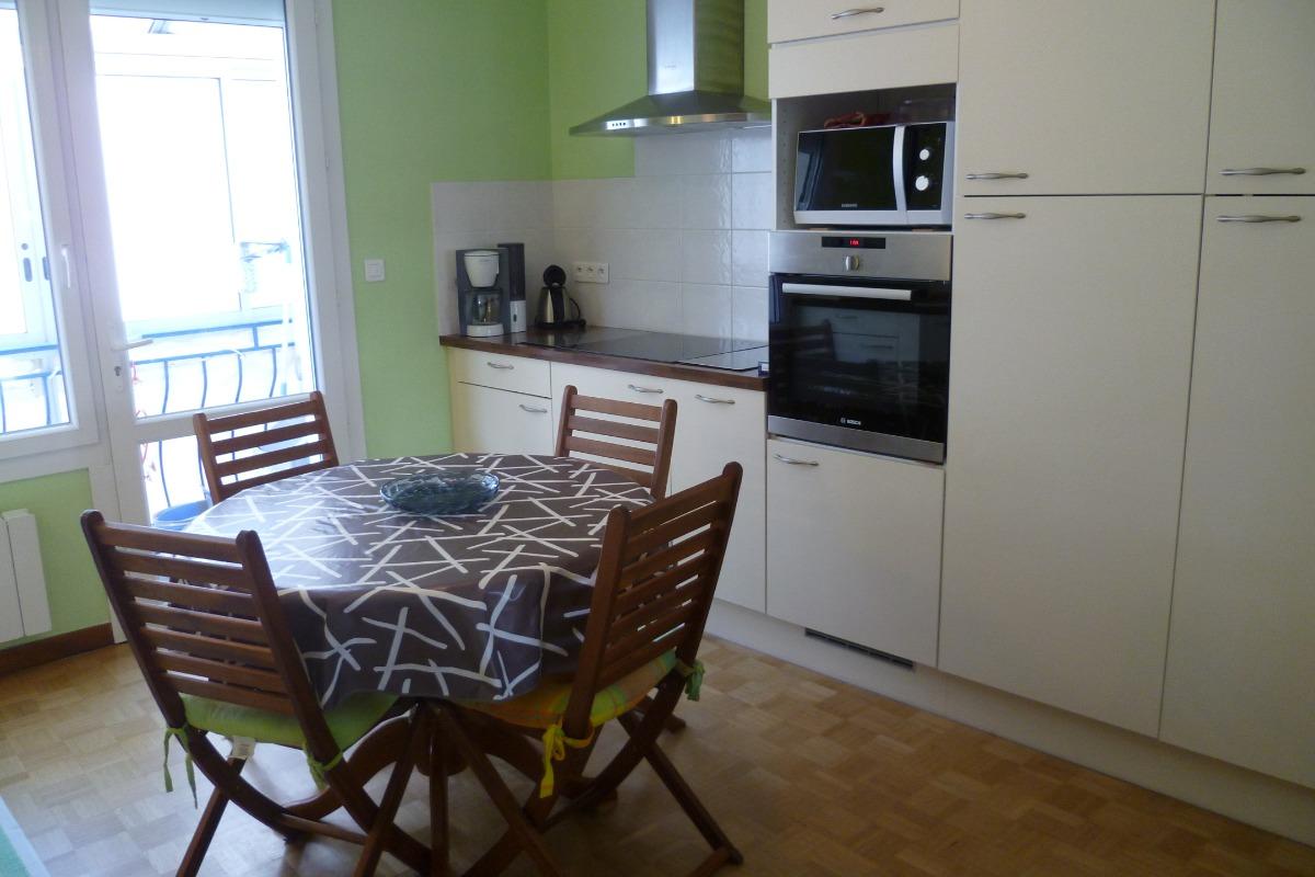 cuisine indépendante avec porte fenêtre d'accès sur la salle à manger - Location de vacances - Audierne