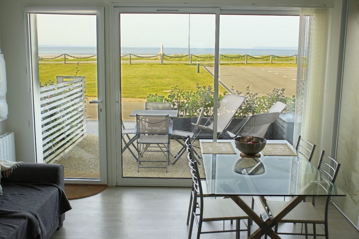 Salle à manger, baie vitrée, terrasse - Location de vacances - Plomodiern