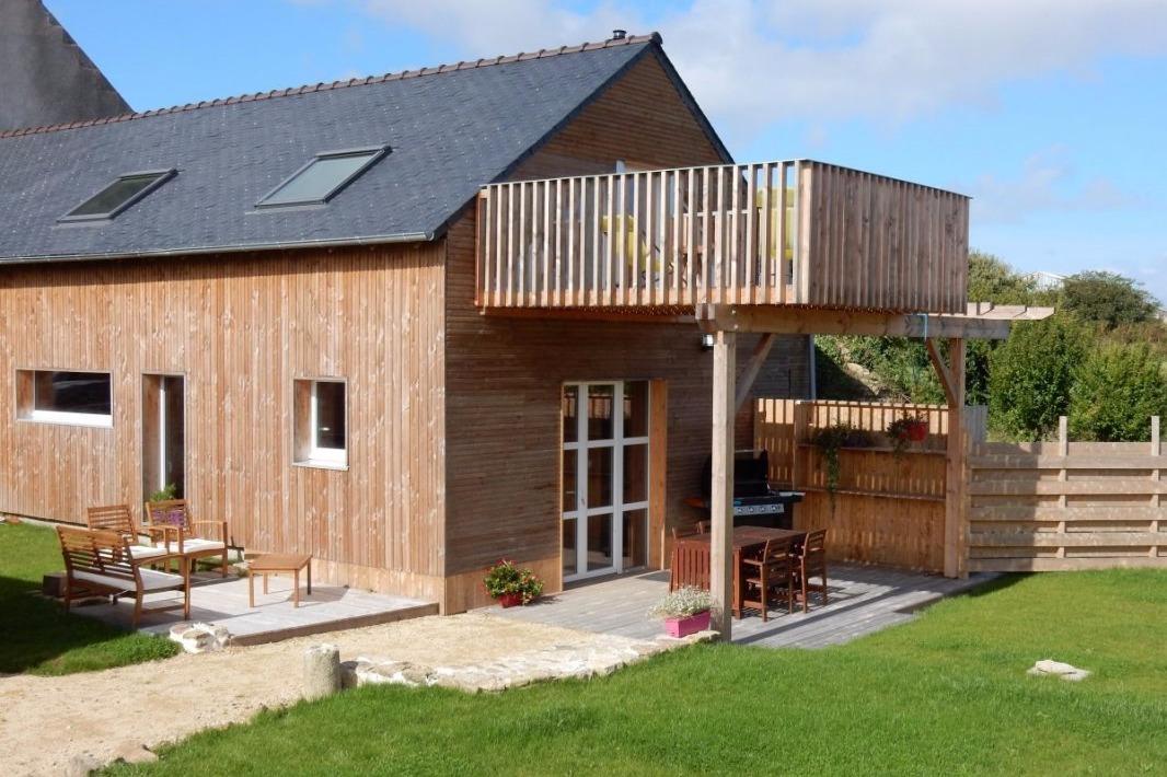 Maison en bois avec 2 terrasses et un balcon et jardin privatif - Location de vacances - Goulven