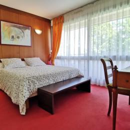 chambre avec lit 160 et placard penderie et bureau - Location de vacances - Bénodet