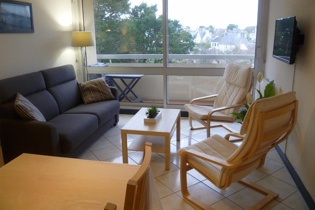 salon avec TV et couchage 2 personnes sans le canapé convertible - balcon avec salon de jardin - Location de vacances - Bénodet