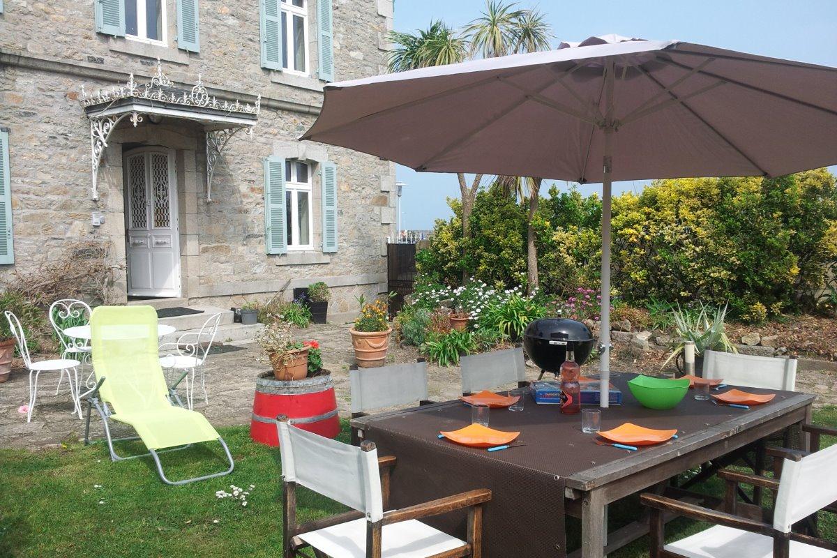 l jardin avec table , chaises , barbecue , entrée direct  maison - personne - Location de vacances - Roscoff