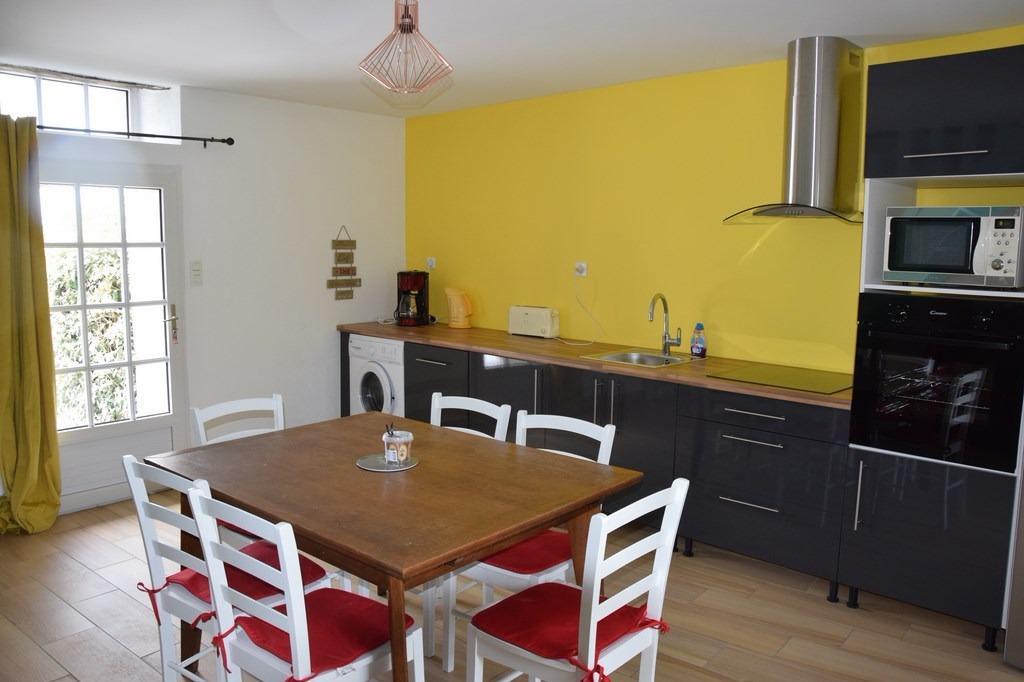 cuisine équipée avec accès au jardin - Location de vacances - Plomodiern