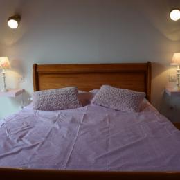 chambre à l'étage avec lit 2 personnes - Location de vacances - Plomodiern