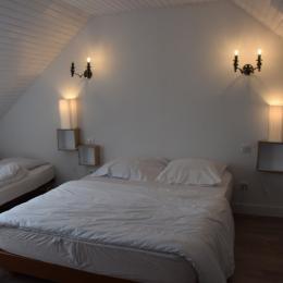 chambre avec lit 2 personnes et lit 1 personne - Location de vacances - Plomodiern
