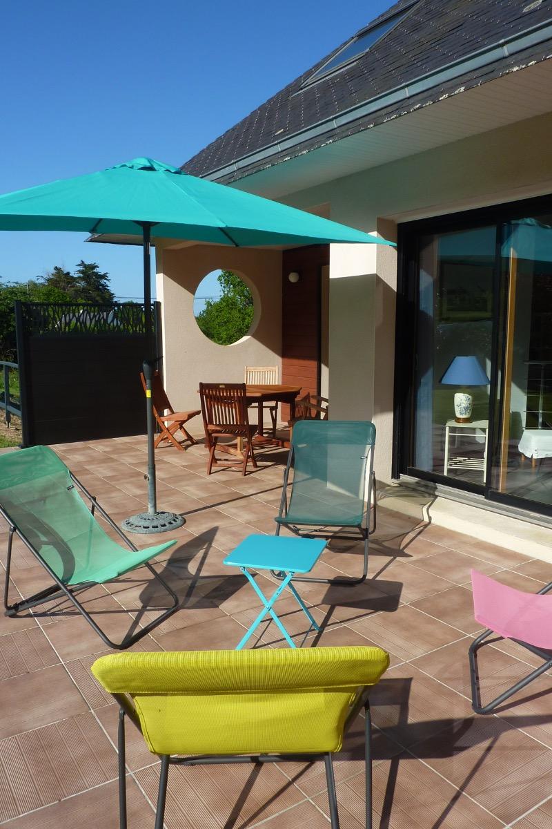 Pièce de vie spacieuse et lumineuse donnant sur grande terrasse  avec jardin privatif - Location de vacances - Roscanvel