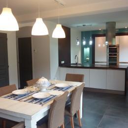 Salle de séjour pour les repas avec accès sur la cuisine, et accès direct à la terrasse - Location de vacances - Roscanvel