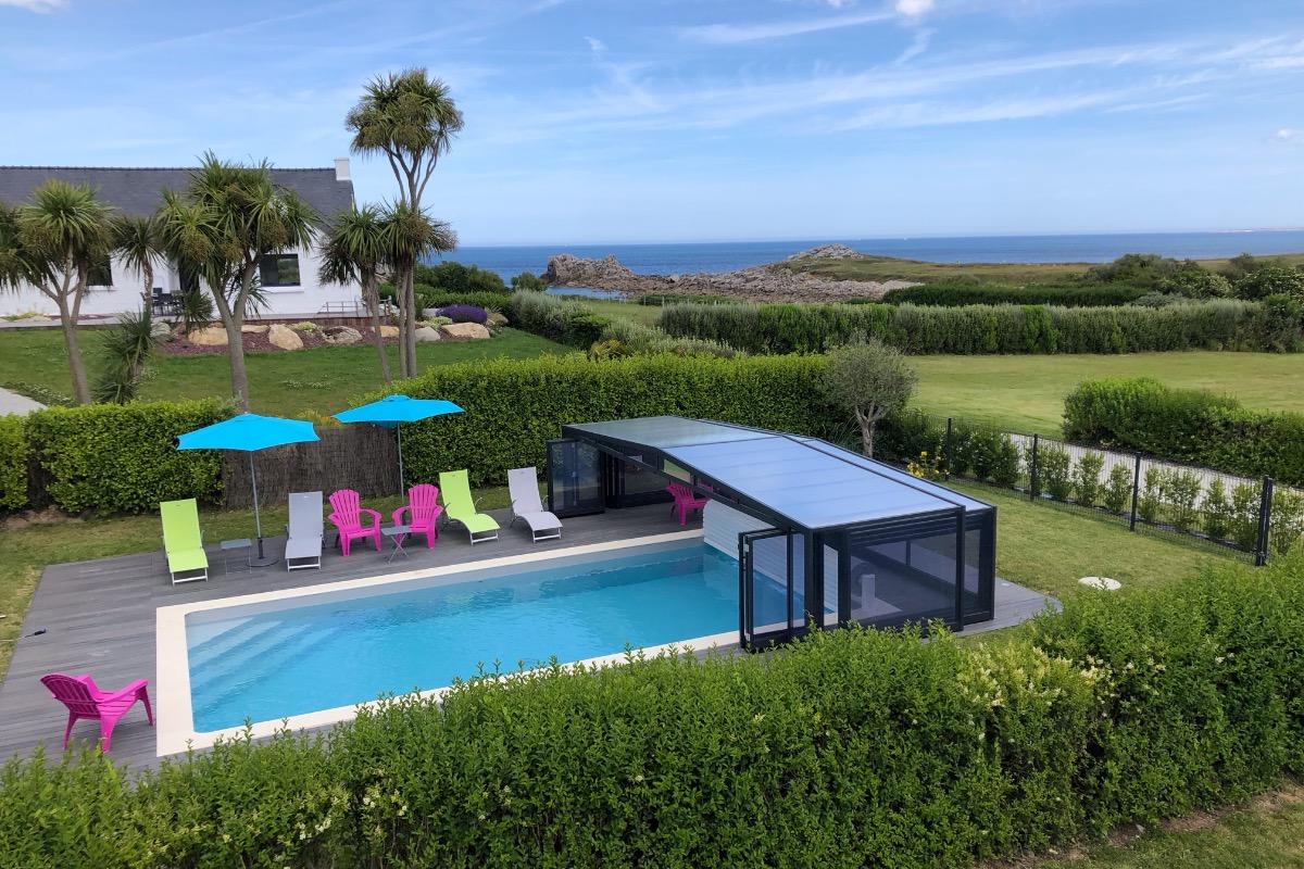 piscine couverte vue de la terrasse - Location de vacances - Cléder