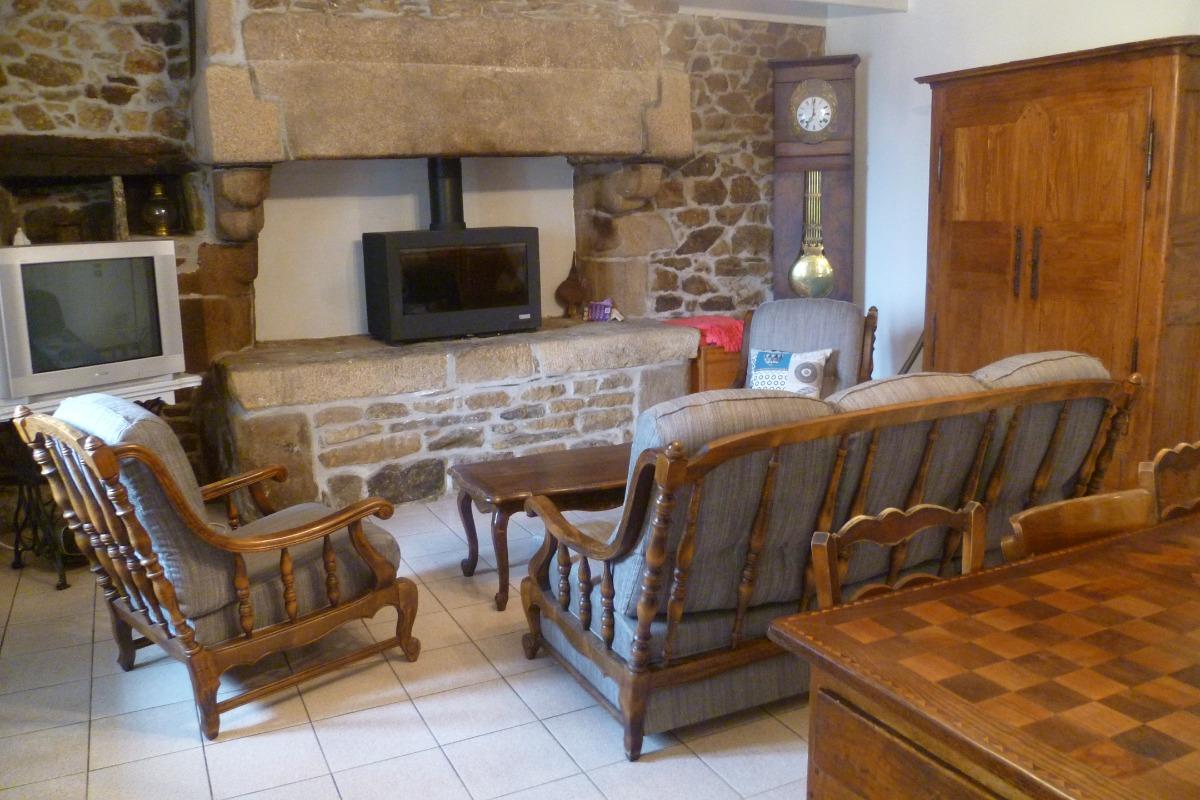 salon avec poêle à bois et TV - Location de vacances - Guimaëc