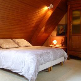 chambre en mezzanine avec lit 140 - Location de vacances - Guimaëc